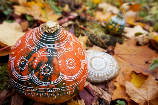 Kürbis, Kürbisse, bemalt, weiß , Muster Acryl, Halloween, Herbst, Dekoration, Deko, DIY, Do it yoursef, Idee, Kreativ, Design, Interior Design, Innenarchitektur