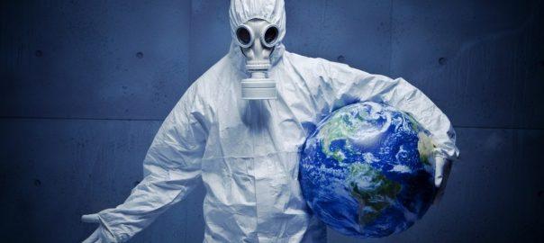 Persona con traje de protección sostiene en su brazo el globo terráqueo