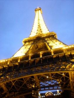 Torre Eiffel iluminada en París, Francia - Más información en este blog: http://ow.ly/N3aqi