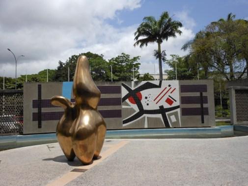 Escultura Pastor de Nubes o Formes de Lutin (1953) - Jean Arp y el Mural al fondo (1954) - Mateo Manaure