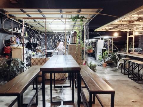 Een verrassend bike&coffee tentje. Als je tenminste door de ingang naar binnen durft.