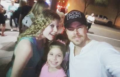 """Casual @derekhough selfie 🤷‍♀️ #derekhough #movebeyond #moveliveontour"" Courtesy amanda.megan ig"