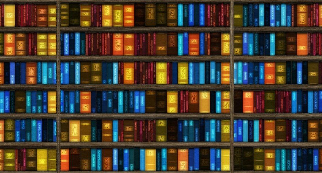 Ein großes, buntes Bücherregal