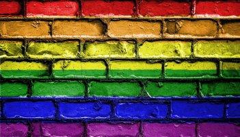 Eine Wand mit den Queeren Farben
