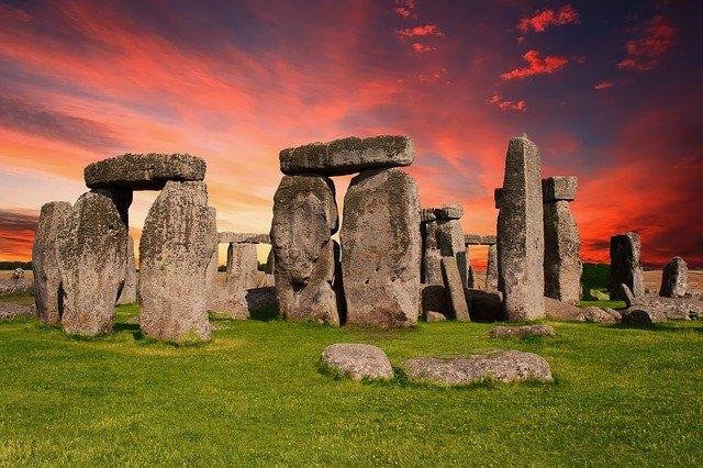 Stonehenge -- Ein Kreis aus riesigen Steinen im Abendrot