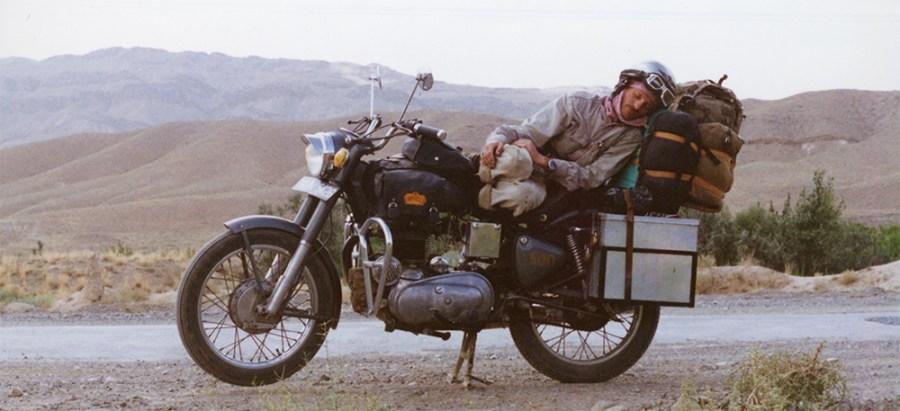 Indien_Enfield_1994: schlafenender Motorradfahrer in Pakistan derhalbharteman.com