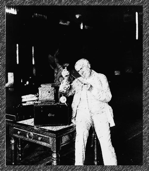 Thomas Alva Edison begutachtet einen Filmstreifen.