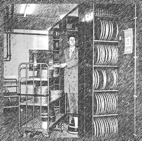 Archivmitarbeiter und Regale mit Filmrollen
