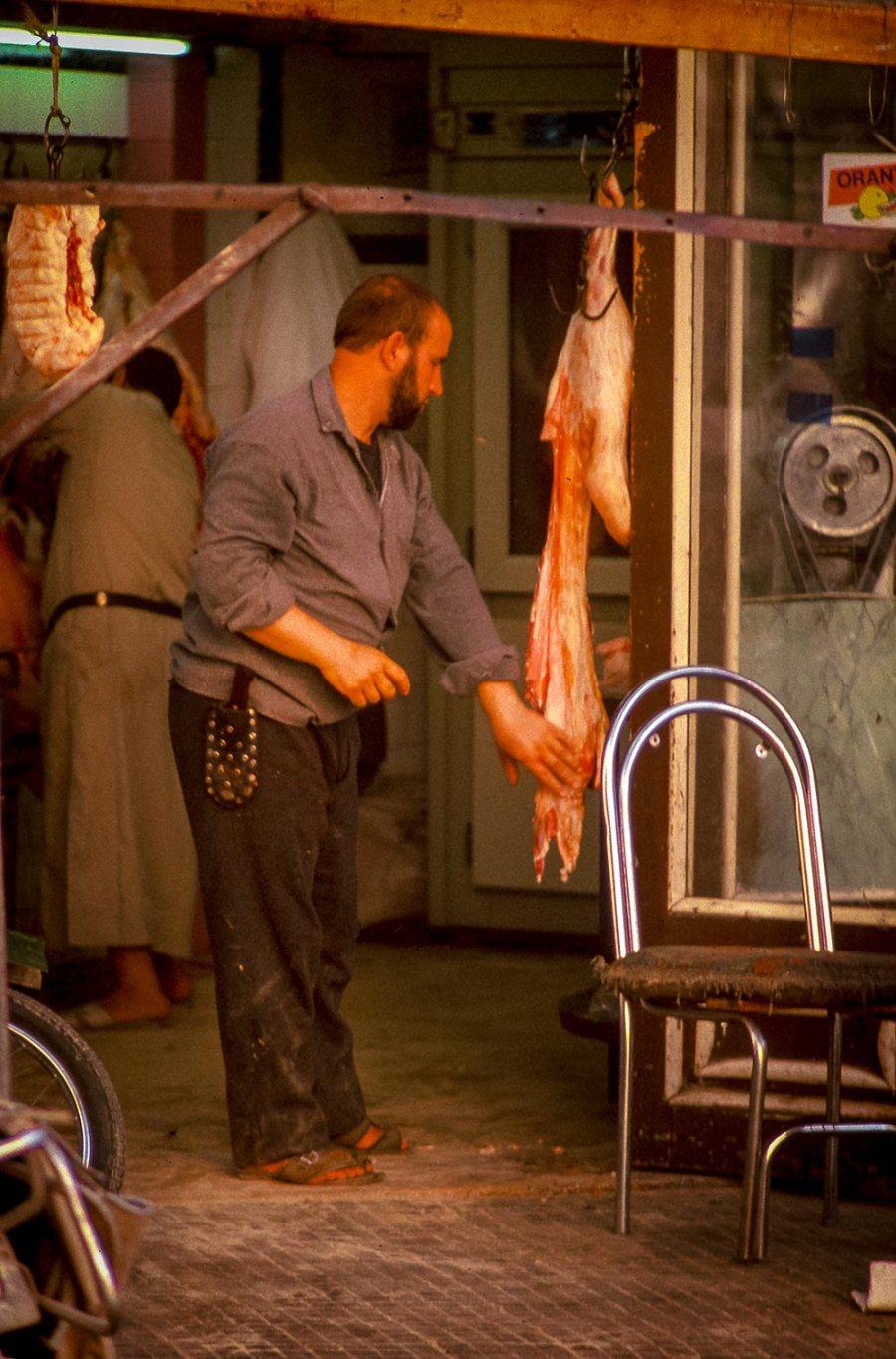 Fleischer hängt Fleisch ab