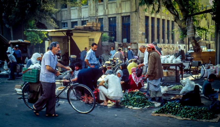 Gemüseverkauf auf der Strasse, Mann mit Fahrrad