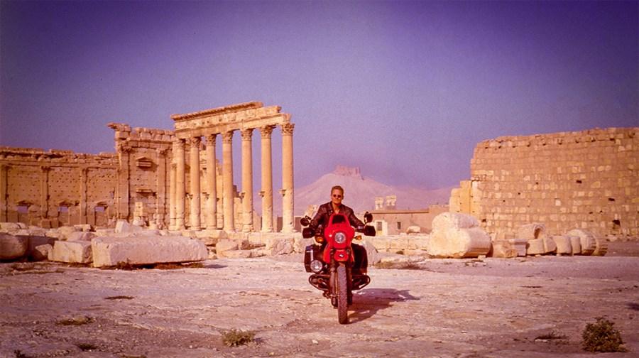 Ruienen von Palmira, Mann auf rotem Motorrad BMW R80GS