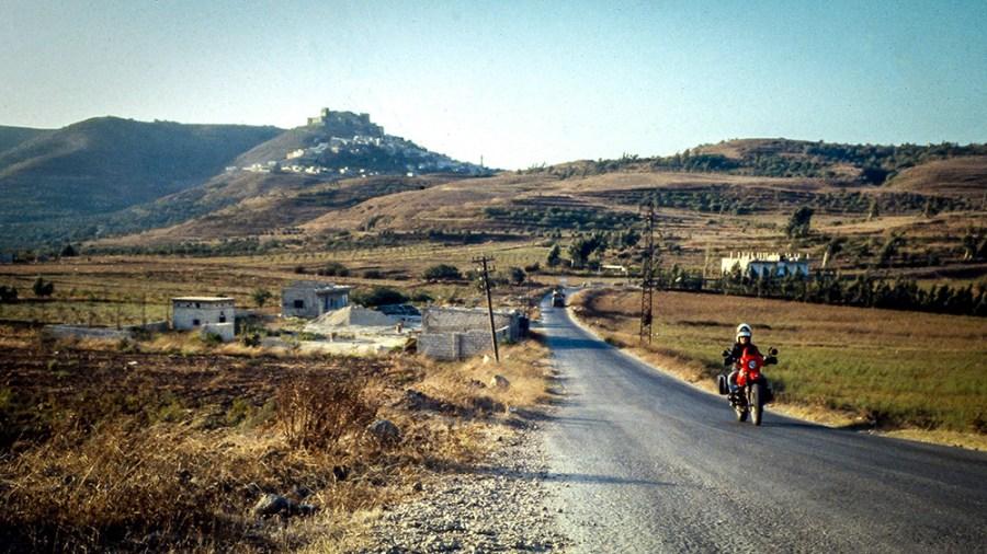 Landstrasse, rotes Motorrad