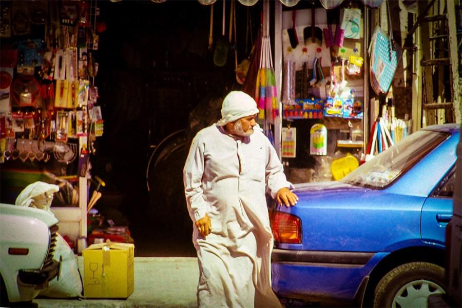 Älterer Herr überquert die Strasse