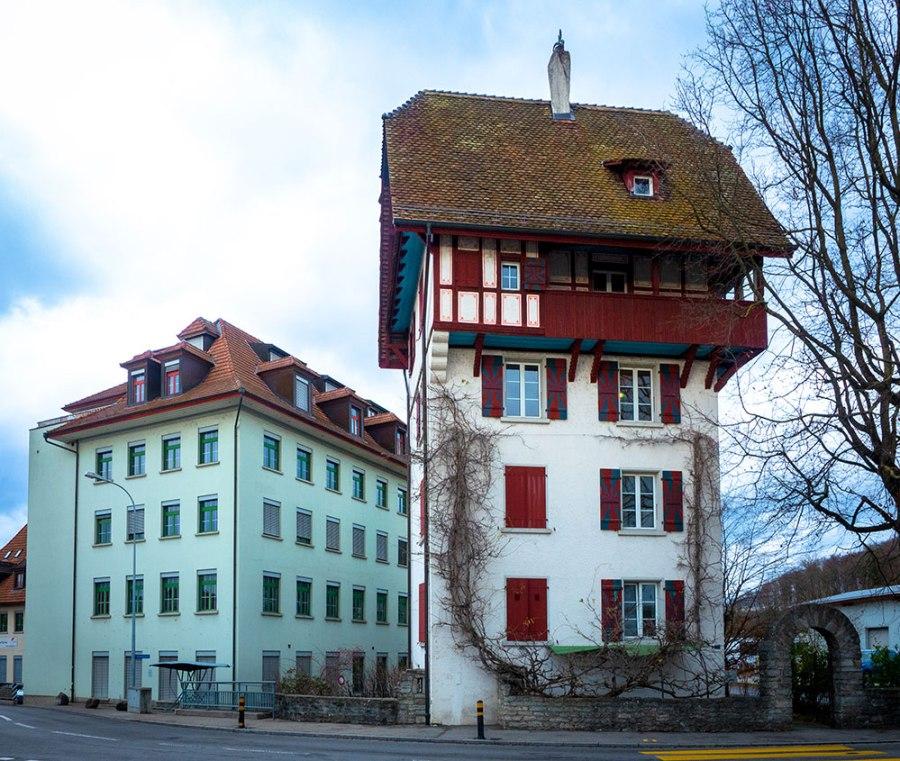 Fachwerkturmhaus und altes renoviertes Manufakturgebäude in Lenzburg.