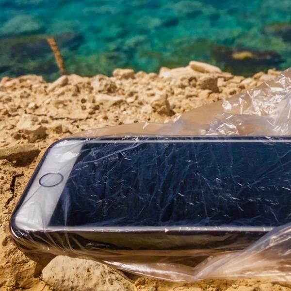 Verblüffend einfach: Handy am Strand mit Duschhaube schützen