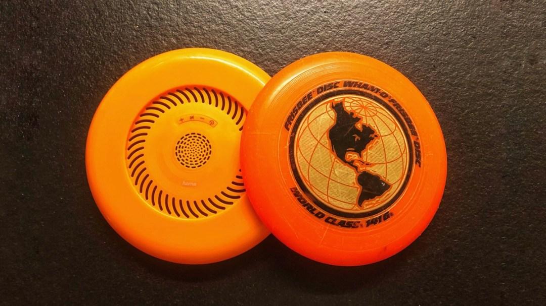 Zwei Frisbees im Vergleich: Wham-O World Class und Flying Disc von Hama