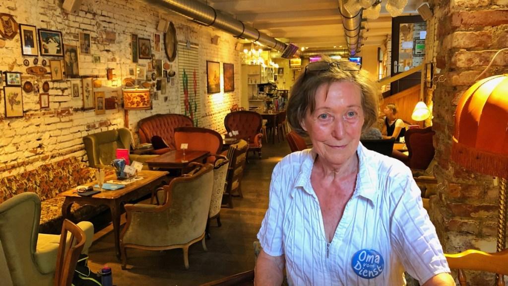 Oma Hilde serviert in der Vollpension an der Wiener Schleifmühlgasse.