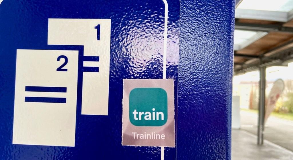 Bahnreise-App Trainline, aufgenommen am Bahnhof Männedorf am Zürichsee. Blogpost vom Reiseblog der Internaut zum Thema Bahnreisen online