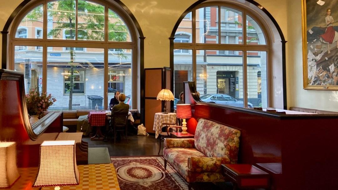 Restaurant Volkshaus Zürich, Innenansicht mit grossen Fenstern