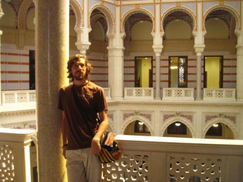 Jesko in mosaikdurchleuchteter Halle