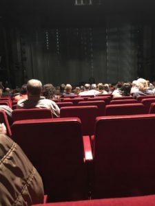 Der Blick auf die Bühne von Reihe 19 Mitte im Stage Operettenhaus