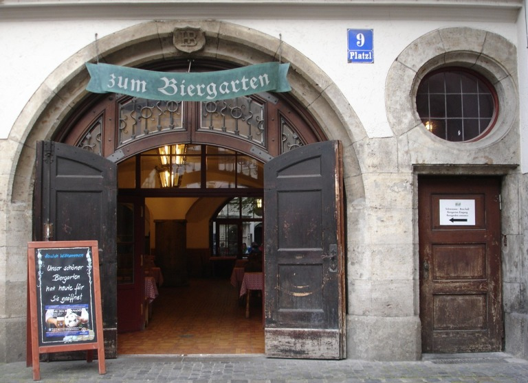 Oktoberfestbier im Hofbräuhaus Biergarten