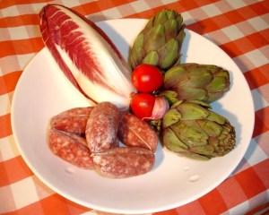 Manus Würste, Radicchio Treviso, Tomaten, Knoblauch und Artischocken als Zutaten