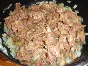 Ragoutfleisch mit Zwiebeln im Topf