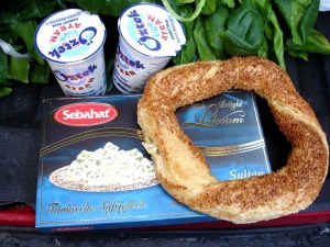 Spinat, Lokoum mit Pistazien, Ayran und Sesamkringel mit Käsefüllung