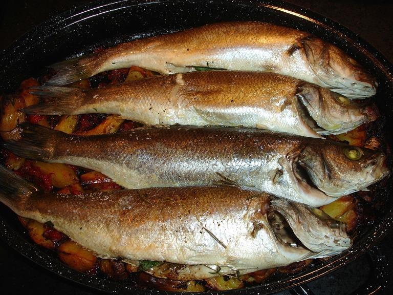 Fische noch 15 Minuten auf dem Gemüse im Ofen