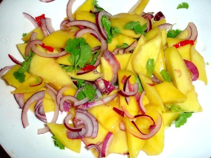 Mangosalat mit blauen Zwiebeln, Korianderkraut, Limettensaft und Chili