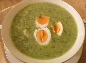 Grüne Kräutersuppe mit Radieschenkraut