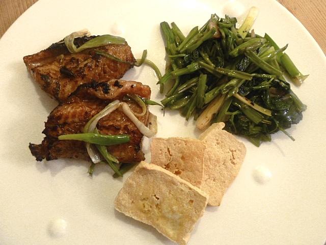 Gebratener Aal mit Morning Glory und frittierten Tofu