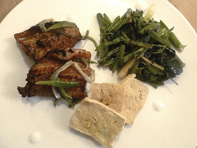 Gebratener Aal mit Wasserspinat, Frühlingszwiebeln und frittierten Tofu