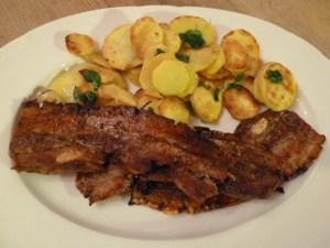 Schweinebauchscheiben aus dem Ofen mit rohen Bratkartoffeln