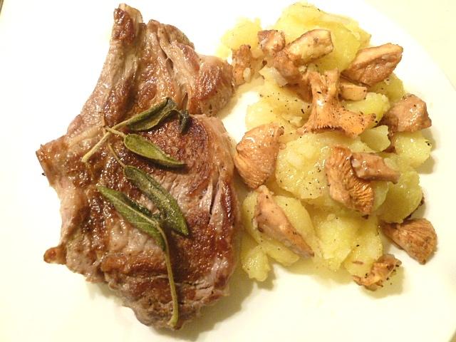 Kalbskotelette mit zwei verschiedenen Kartoffelsalaten