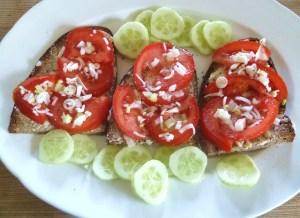 Tomatenbrote mit Frühlingszwiebeln und Gärtnergurke