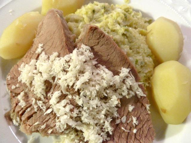 Mit frischen Kren, Wirsinggemüse und Bouillonkartoffeln