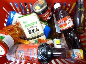 Fischsoßen und anderes im Einkaufskorb
