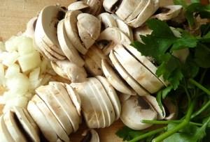 Zwiebel, Champignons und Petersilie