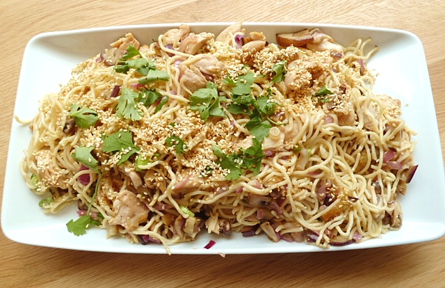 Asiatischer Nudelsalat mit Gemüse und Hühnchen