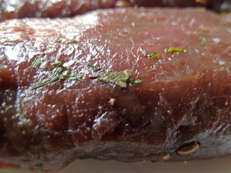 Gebeitztes Hirschfilet auf Salat mit Chicorée und Granatapfelkernen