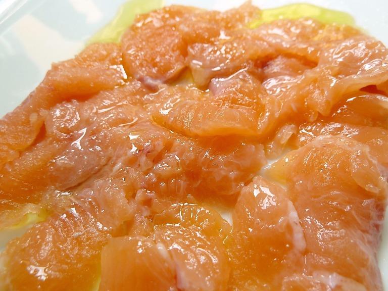 in dünne Scheiben schneiden, dazu Zitronensaft, etwas Salz und Olivenöl