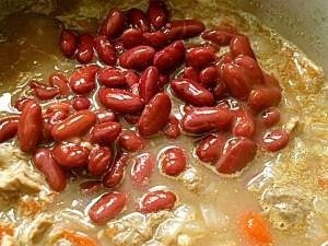 Kidney-Bohnen zu Soße und Fleisch geben