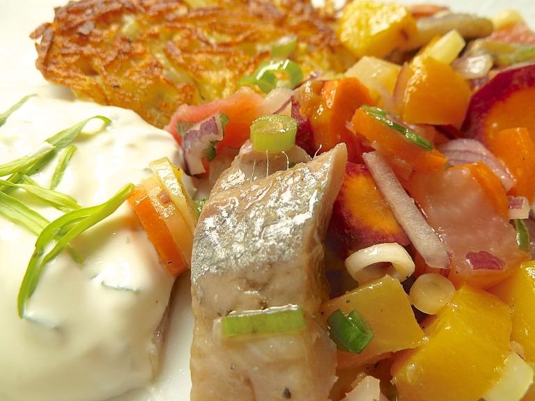 Matjessalat mit bunten Rübchen, Karotten, Rösti und Estragon-Sauercreme