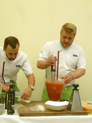 Tomasz Jakubiak und sein assistent beim Mixen der fruchtige Kaltschale