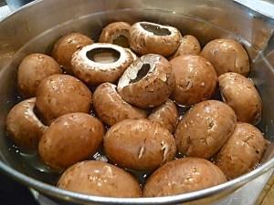 Egerlinge kurz mit kochendem Wasser brühen