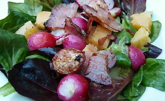 Bunter Feldsalat mit lauwarmen Muskatkürbis, Quitten, gebratenen Radieschen und Speck