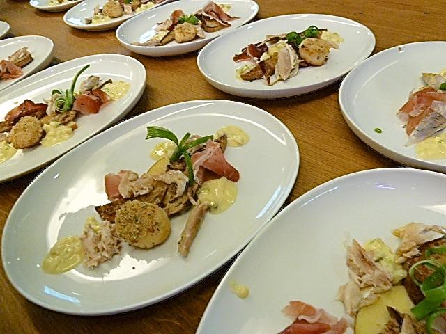Angerichtet: Armer Ritter vom Vinschger mit Räuchermakrele, Südtiroler Speck, Apfelremoulade und Jakobsmuschel in Schüttelbrot-Brösel