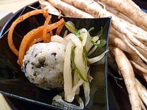 (Seasoned Balloon Flower and Crystallized Citron) - Wurzelsalat mit Reisbällchen